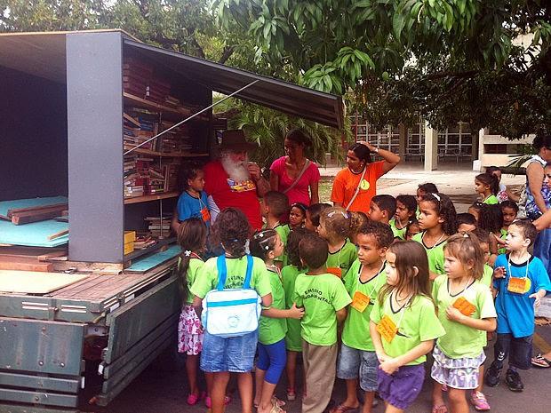Biblioteca Móvel recebeu de uma única vez mais de 300 livros (Foto: Marcelo Ferraz/G1)