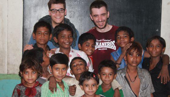 Nos colamos en clase con la profesora Higmani quien dejó que los niños y niñas del slum de Rhasula Bhen se tomaran un pequeño descanso en la clase.