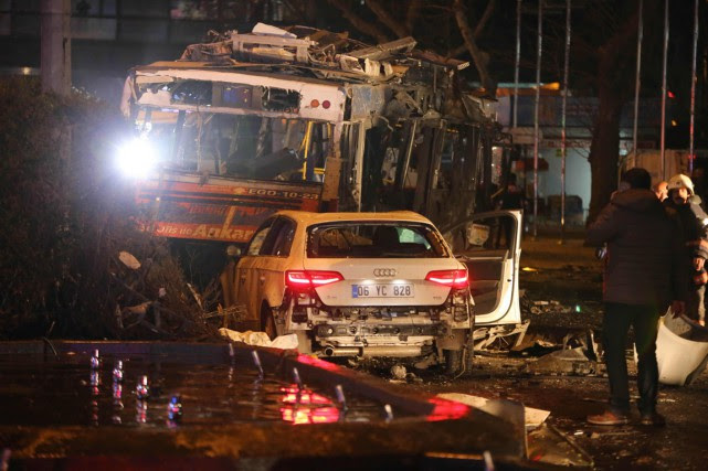 Plusieurs bus et de nombreux véhicules ont été... (Photo EROL UCEM, AFP)