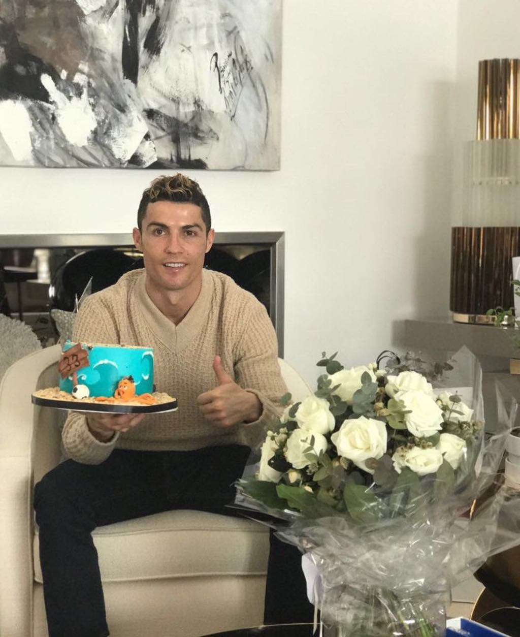 Cristiano Ronaldo Celebrates His 33rd Birthday Showing His Cake (picture)