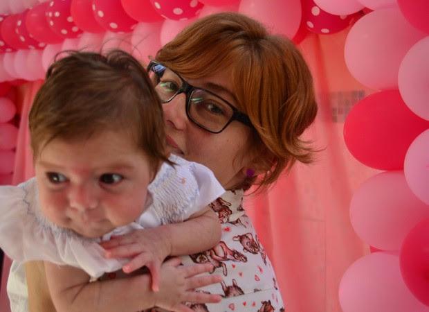Marília com a pequena Olívia no colo: ela só se acalma quando é balançada (Foto: Reprodução/ Facebook )