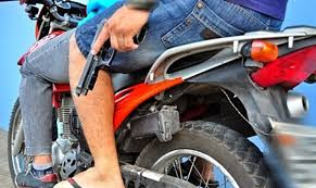 Resultado de imagem para dupla de moto armada