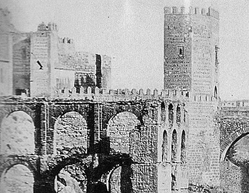 Fachada posterior de la demolida Puerta de San Ildefonso tras los restos del Artificio de Juanelo