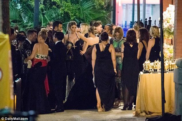 O editor da Vogue foi avisado conversando com os convidados e com um funcionário na recepção