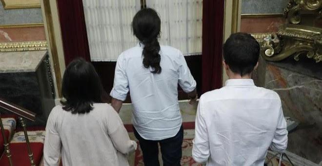 Iglesias, Errejón y Montero abandonan el hemiciclo. / CHEMA MOYA (EFE)