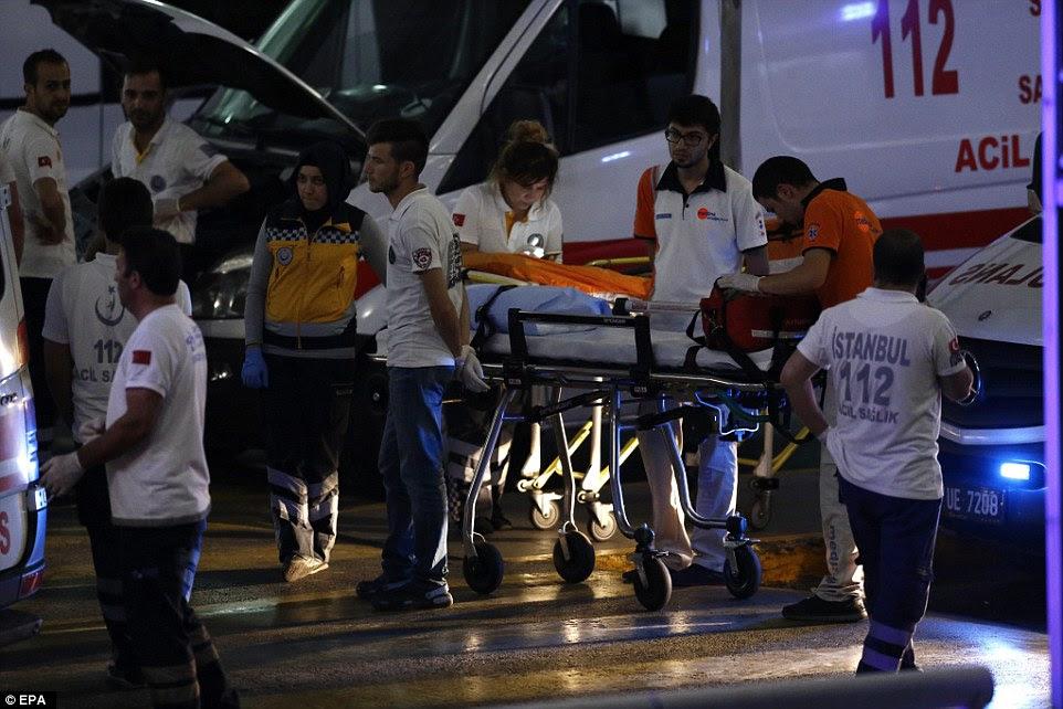 Dezenas de paramédicos ajudar os feridos após o ataque ao aeroporto, que deixou pelo menos 140 feridos e 41 mortos