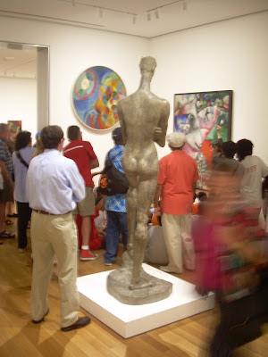 Visitantes del MOMA en Nueva York viendo un cuadro  Google-lización cultural. Marketing Cutural en Internet. (c)Foto (photo) Chimo Soler