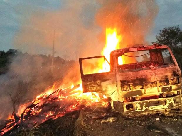 Caminhão pegou fogo no km 37 da BR-364 na noite de terça-feira (26) (Foto: Divulgação/Corpo de Bombeiros do Acre)