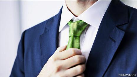 Hombre con corbata verde