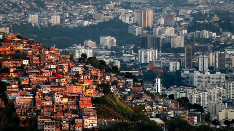 A maior economia da América Latina com uma classificação de Gini de 52,9, o Brasil está repleto de desigualdade em relação às condições de habitação, o acesso à saúde, educação e renda.