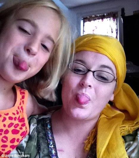 Resposta emocional: Jane Bingham, que perdeu os cabelos após a quimioterapia para o linfoma não-Hodgkin, com nove anos de idade, filha Belleliana