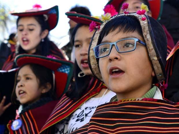 Crianças vestindo roupas típicas esperam o Papa Francisco na Praça Murillo, em La Paz (Foto: AP Photo/Freddy Barragan)