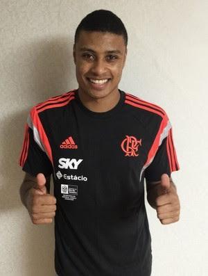Humberto veste a camisa do Flamengo (Foto: Divulgação/Flamengo)