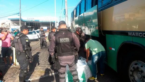 Passageiros de ônibus foram revistados pela PM durante abordagens a veículos na Avenida Bernardo Vieira, na zona Oeste de Natal (Foto: Camila Torres/Inter TV Cabugi)