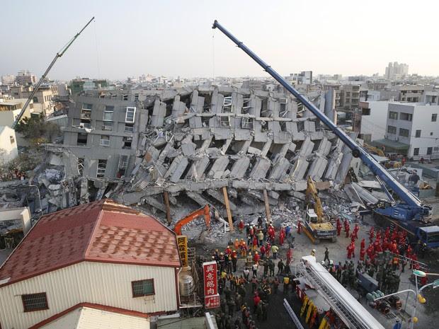 Equipes de resgate trabalham em prédio de 17 andares que desabou em Tainan (Foto: Wally Santana/Associated Press)