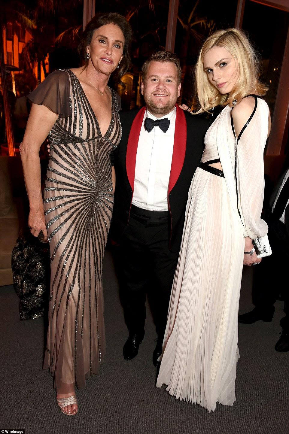 Todo o glamour: Caitlyn Jenner parecia deslumbrante em um vestido cintilante enquanto ela posava com James