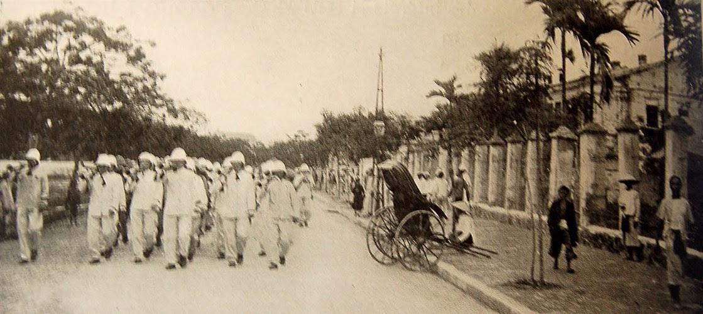 Một nhóm binh sĩ hải quân Pháp trên đường phố Sài Gòn. Hình ảnh nằm trong loạt ảnh Đông Dương năm 1901 do nhiếp ảnh gia người Pháp Jules Gervais-Courtellemont thực hiện.
