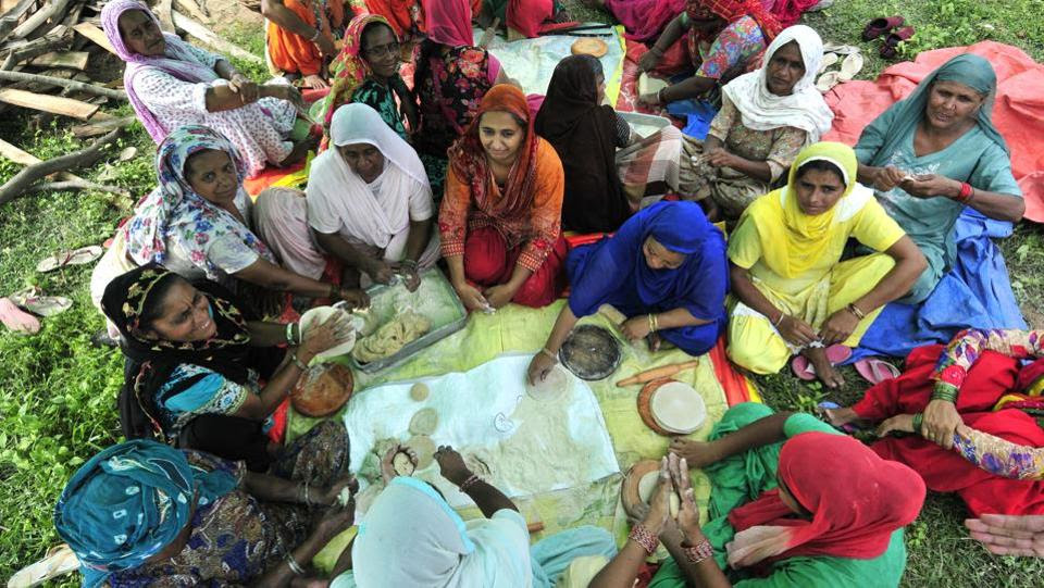 Sanitation is going to be a problem as there is no lavatory facility, although 24-hour langar has started. Premis, as they call themselves, have even set up stalls for medicines and other basic services. (Ravi Kumar / HT Photo)