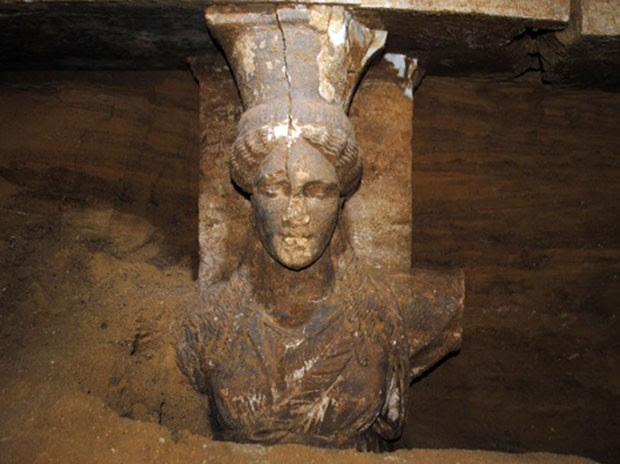 Tumba foi descoberta no antigo sítio de Anfípolis (Foto: Culture Ministry/AP)