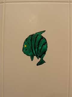 Витражная картинка на светлой плитке. Зеленная рыбка.