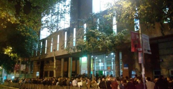 La escuela Tabor de Barcelona, a las 05.30 de la madrugada./ ELENA PARREÑO