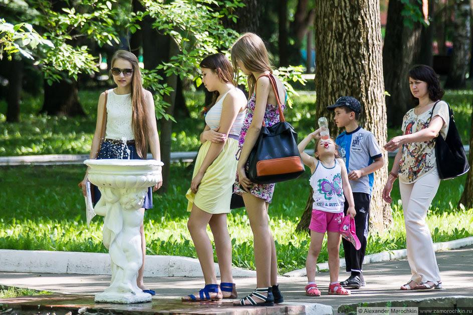 У питьевого фонтанчика в парке