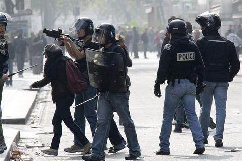 Un policier utilise un LBD 40 lors d'une manifestation à Lyon, en octobre 2010.