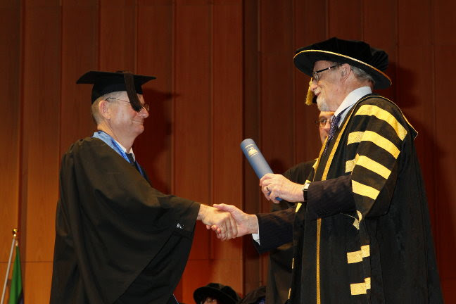 Tom Worthington receiving a Graduate Certificate in Higher Education from Professor Gareth Evans, Chancellor of the Australian National University, 19 July 2013.