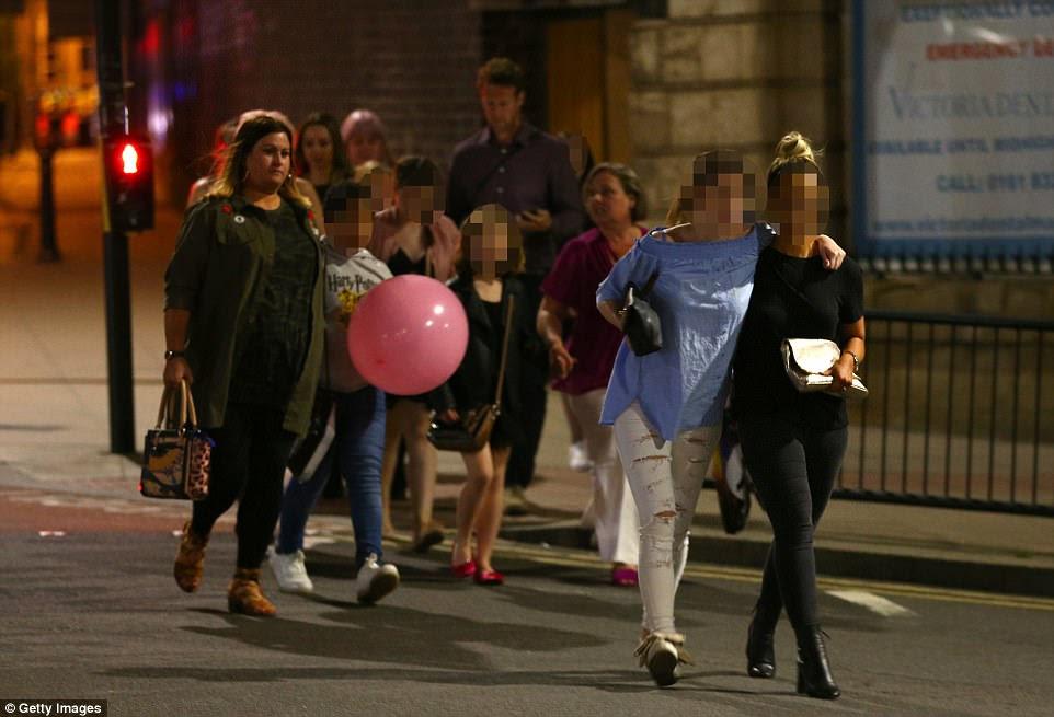 As multidões de crianças podiam ser vistas streaming fora da arena durante a noite enquanto a escala do ataque se tornou clara