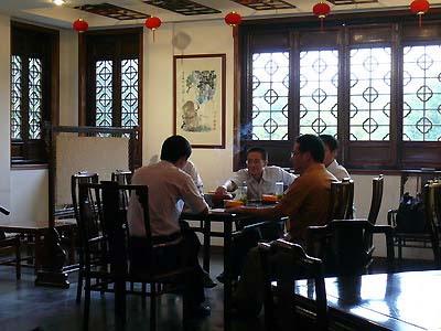 Illusztrált beszámoló az őszi sárkánykúti Oroszláncsúcs helyszíni kóstolójáról a longjingi teaházból