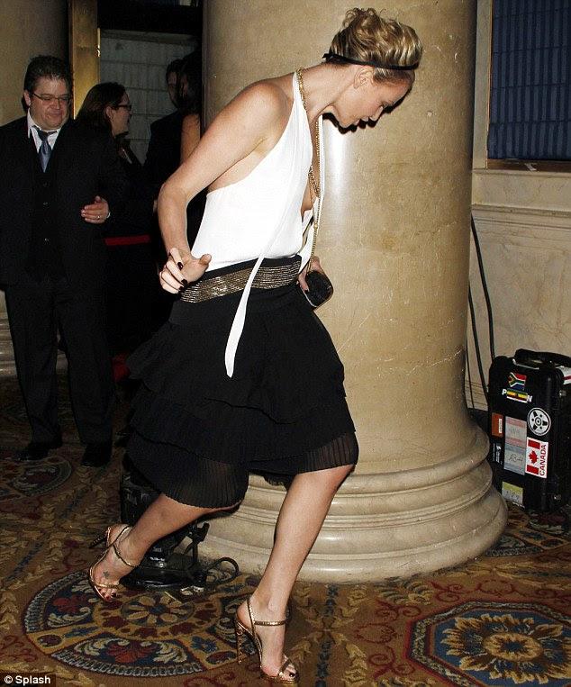 Tripping The Light Fantastic: A atriz conseguiu se recuperar a tempo, porém, com seu vestido ousado permanecer obedientemente no lugar