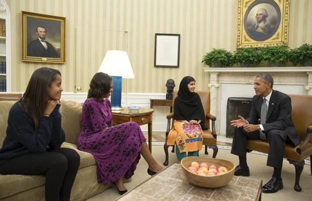Obama, Michelle Obama e a filha Malia (esquerda) recebem Malala no salão oval da Casa Branca (Foto: Reuters)