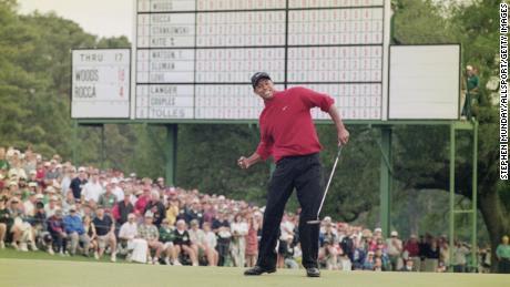 Woods celebra después de hundir un putt de cuatro pies para ganar el Masters de 1997.