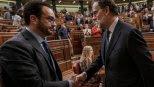Antonio Hernando estrecha la mano de Mariano Rajoy tras su reelección como presidente en el debate de investidura del Congreso. Archivo Reuters
