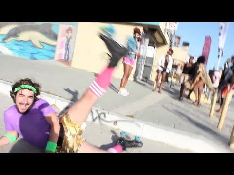 video de un hombre disfrazado sobre patines divirtiendo a la gente en la playa