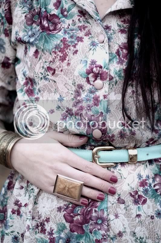 vintage blumenkleid gürtel hellblau gold h&m ring goldener armreif