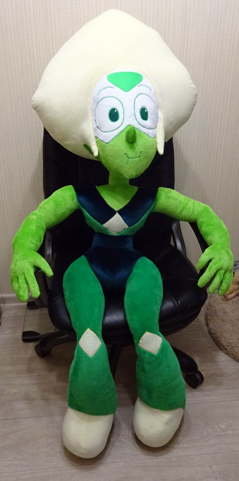 giant size Peridot commission. She is around 155-160 cm tall and is full poseable :) pictured her on coach and chair for size comparison + one of my cats is nearby at the last pic XD