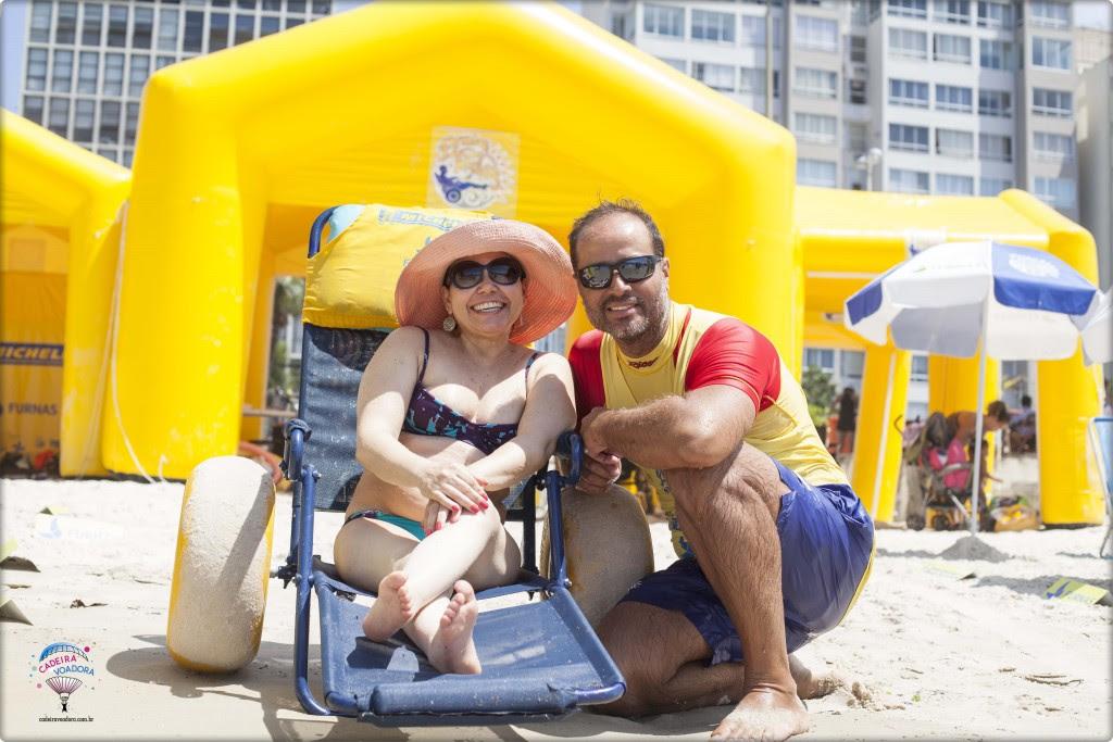 Estou com o Denis, que me ajudou a ter segurança e confiança para descer da prancha e boiar no mar...