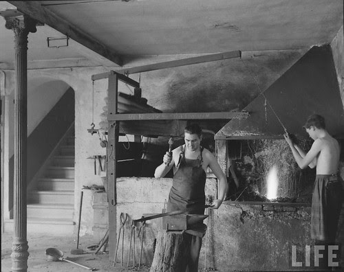 Fábrica de espadas, damasquinado y armaduras de Toledo en 1965. Fotografía de Carlo Bavagnoli. Revista Life (24)