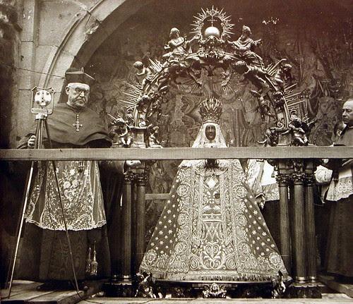 El Cardenal Gomá preside una Procesión de la Virgen del Sagrario en una destruida Plaza de Zocodover (Toledo) tras el final del Asedio al Alcázar