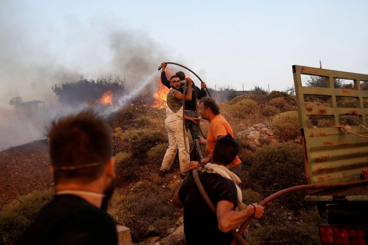 Ενα λάστιχο, ίσως κήπου και πέντε άνθρωποι μπροστά στις φλόγες, στον Βαρνάβα