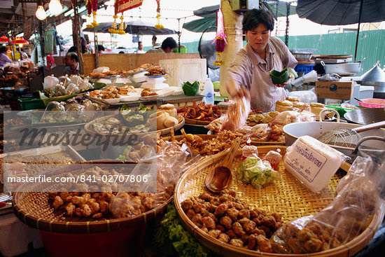 A shopkeeper puts fish cakes on a tray on a stall in the Weekend market in Bangkok, Thailand, Southeast Asia, Asia    Stock Photo - Direito Controlado, Artist: Robert Harding Images, Code: 841-02707806