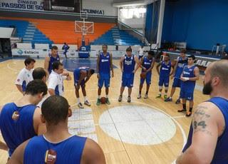 Jogadores do Macaé ouvem atentamente o técnico Leonardo antes da partida contra o Fla (Foto: Divulgação/Macaé)