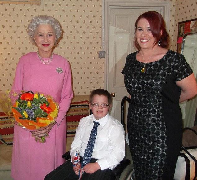 Un reale invito: Dame Helen Mirren con Oliver Burton e sua madre Catherine che erano deliziato l'attrice vestita come la regina