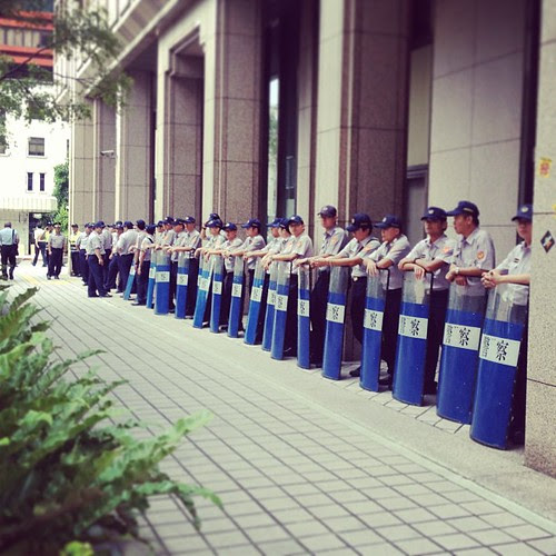 警察究竟是人民的保姆,還是政府的保姆?  The police is the guard of people or the guard of the government?