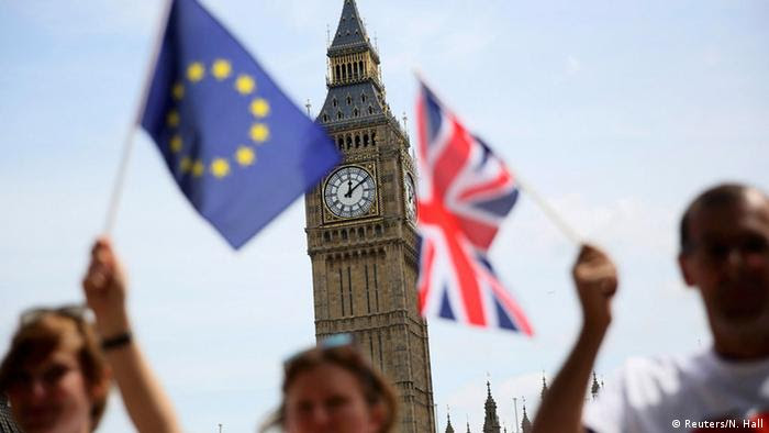 Flaggen Großbritanniens und der EU vor Big Ben (Foto: Reuters)