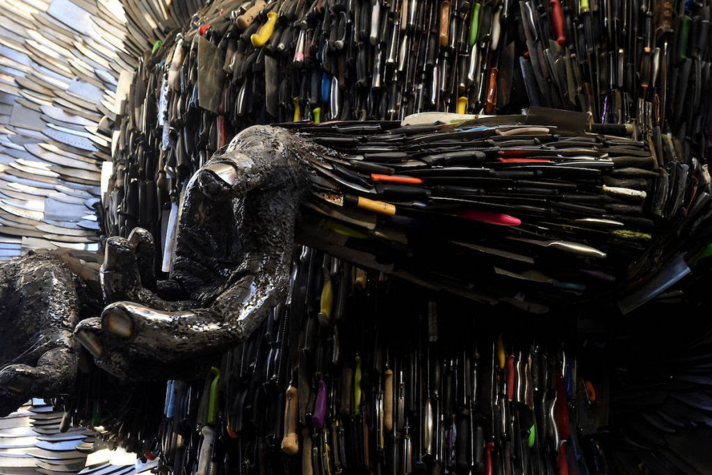 Anjo das Facas - uma escultura feita de 100.000 facas confiscadas pela polícia 07