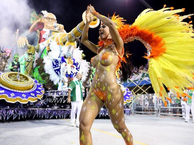 Com Mário Lago ao fundo, Aline Bernardes dança animada no Sambódromo (Foto: Raul Zito/G1)