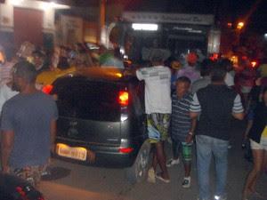 Ônibus de Ricardo Chaves foi barrado durante a confusão em Caiçara do Norte, no RN (Foto: Diego Souza)