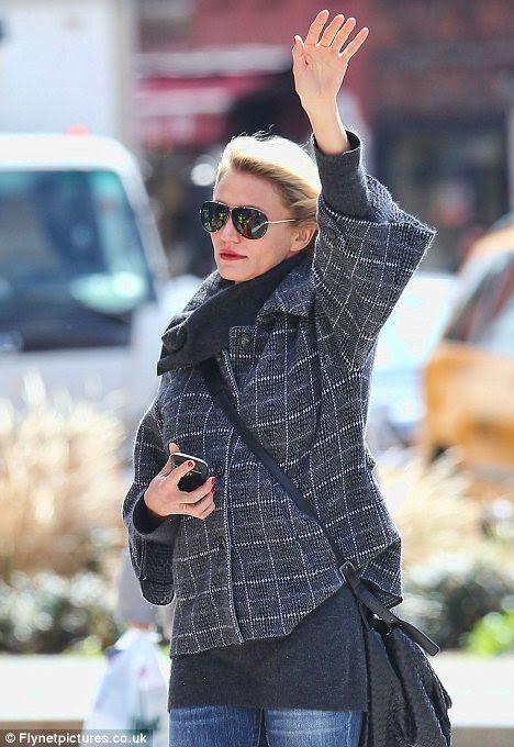 Eller yukarı!  Cameron Morandi öğle yemeği için gri bir ceket için onu siyah ceket takas etmişti